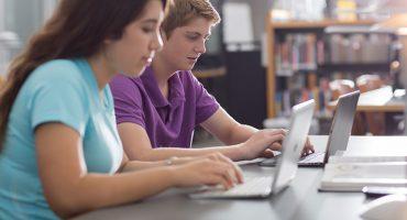 دانش آموزان در حال تحقیق
