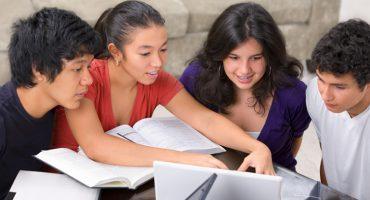 دانشجویان در حال مطالعه با لذت
